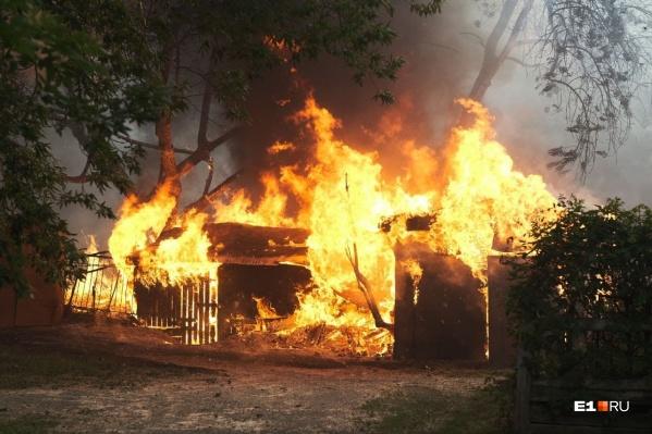 Если коротко: многие пожарные гидранты не работают, наружное пожарное водоснабжение не строят, воды не хватает, дома строят слишком близко друг к другу, а ресурсов на то, чтобы проливать пух просто нет