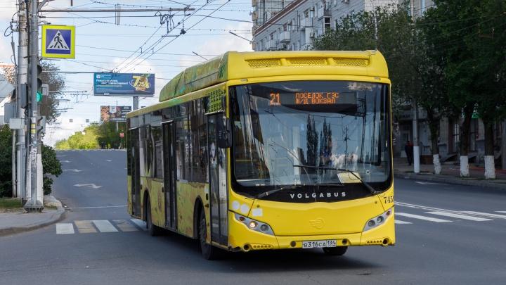 «Дышать не получается ни ртом, ни носом»: пассажиры волгоградских автобусов жалуются на дикую жару в салонах