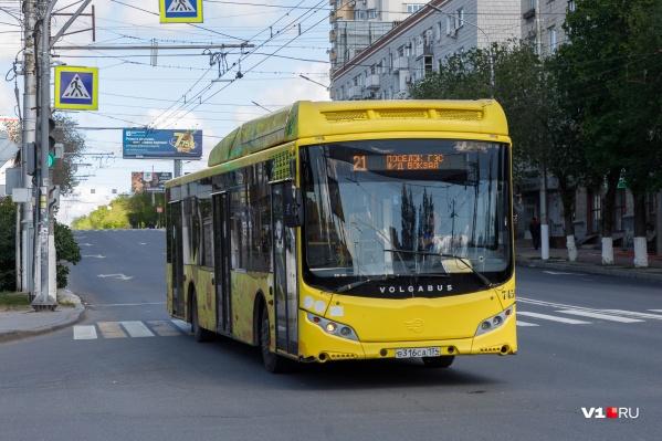 Горожане жалуются на духоту в салонах автобусов, битком набитых людьми
