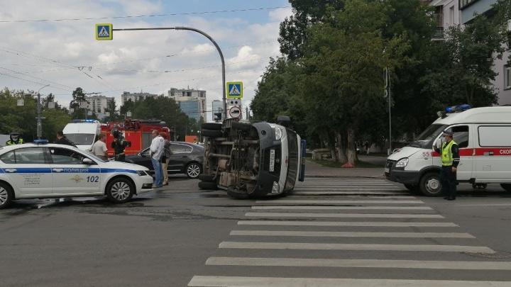 В центре Челябинска перевернулась скорая