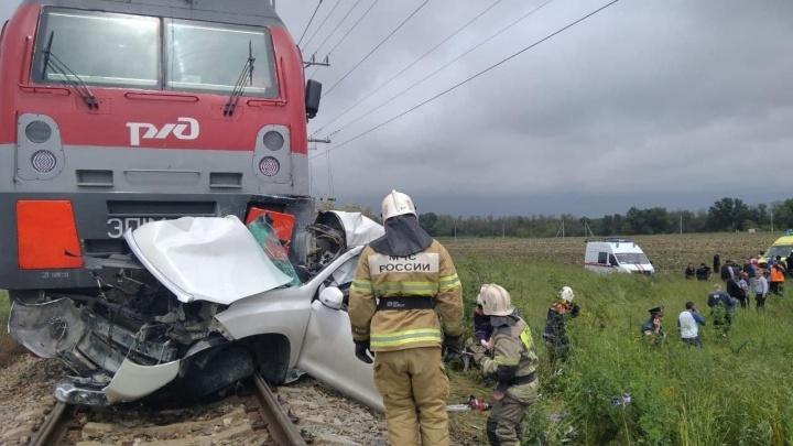 В Анапе поезд раздавил машину, погибли два человека