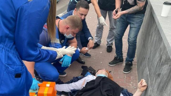 На Большой Покровской самокатчик сломал руку. До приезда скорой ему оказывал помощь глава Минздрава