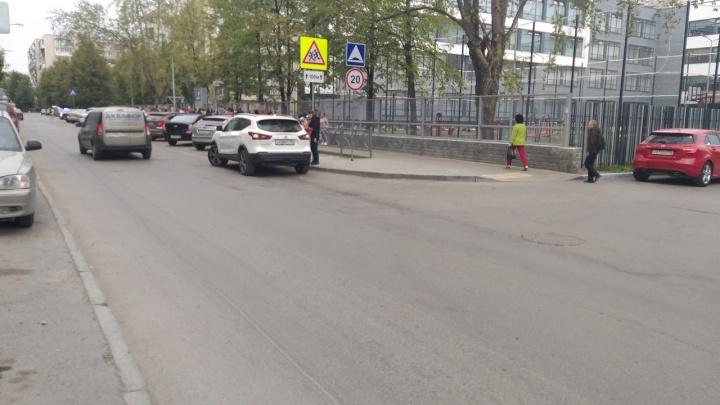 «Мамашки не хотят оторвать свой зад»: екатеринбуржцы ополчились на родителей, развозящих школьников