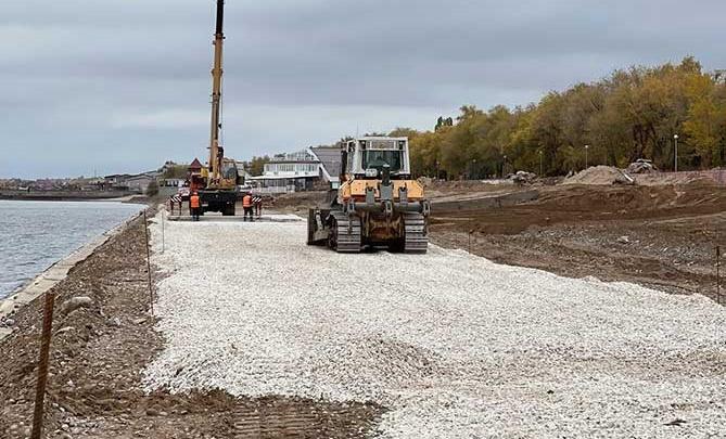 На набережной Автозаводского района начались работы по укреплению берега