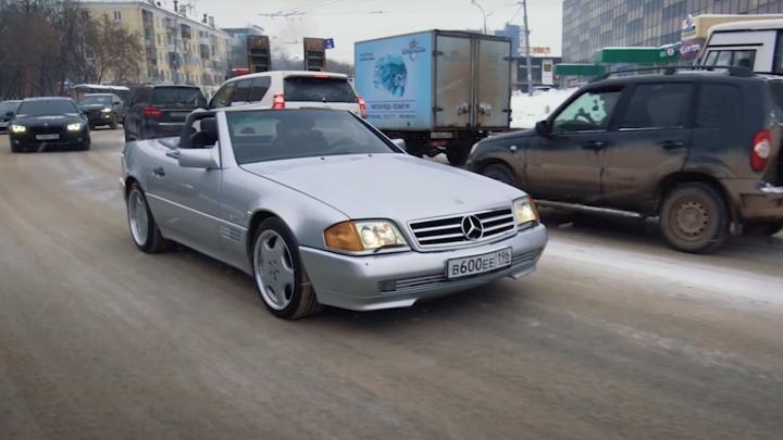 Блогеры из Москвы прилетели на Урал за раритетным кабриолетом Mercedes и прокатились на нем в -28 °C