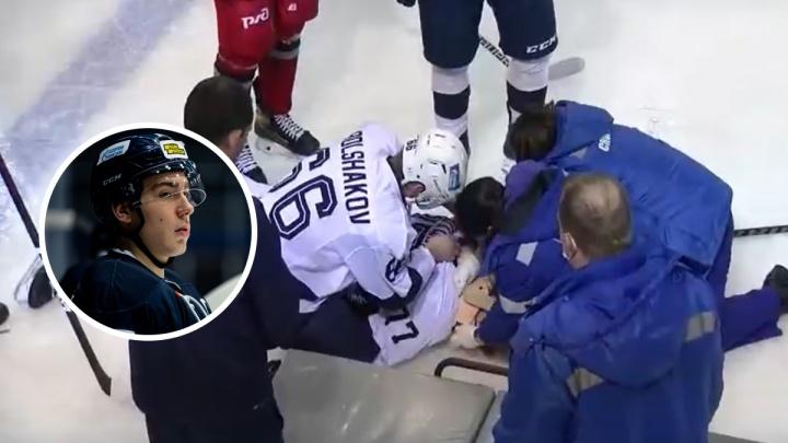 За жизнь сражаются врачи: хоккеиста увезли в реанимацию с матча в Ярославле. Видео