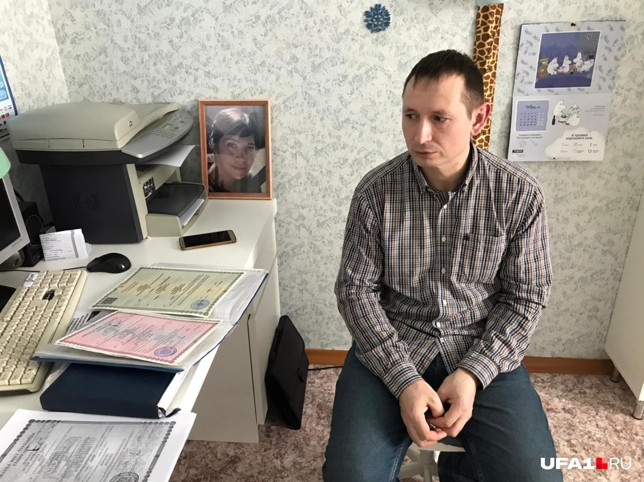 По словам Богдана, обычно всеми документами в семье Демченко заведовала и вообще «задавала курс» Наталья, но теперь эта роль перешла Богдану