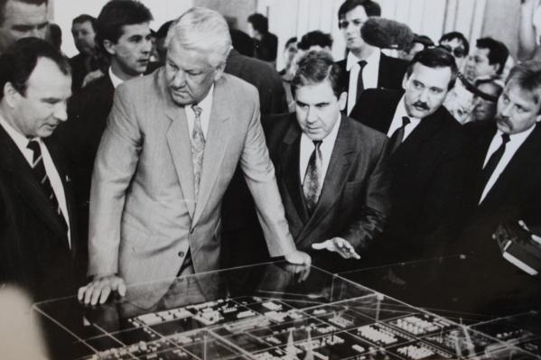 Борис Ельцин во время визита на «Омскнефтеоргсинтез»