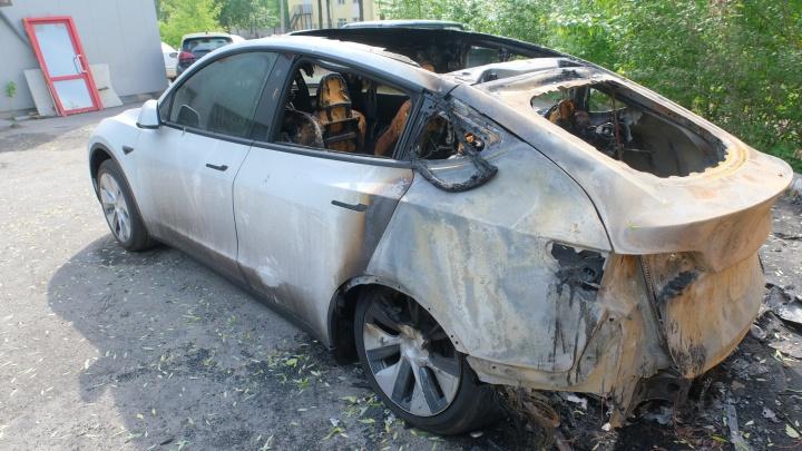 В центре Перми сгорели два электрокара «Тесла». Владельцы считают, что это поджог, и ищут свидетелей