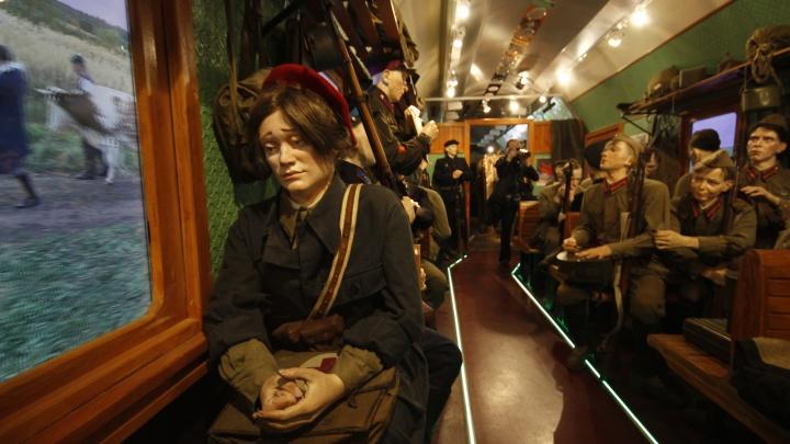 В Новосибирск прибыл поезд с жутковатыми манекенами: смотрите, что внутри вагонов (фоторепортаж-прогулка)