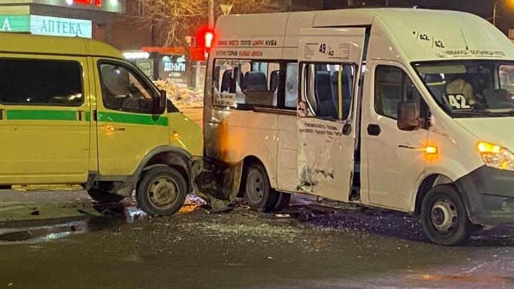 Инкассаторская машина врезалась в маршрутку на Северо-Западе Челябинска