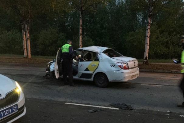 Такси с пьяным водителем врезалось в дерево на окраине Архангельска. Пострадали три человека