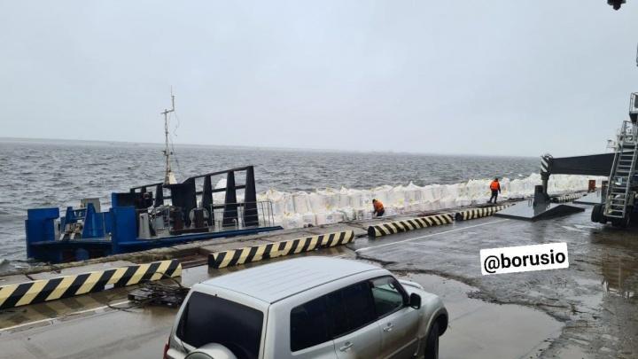 Сильный шторм едва не опрокинул баржу с аммиачной селитрой в Енисей. Часть груза могла упасть в воду