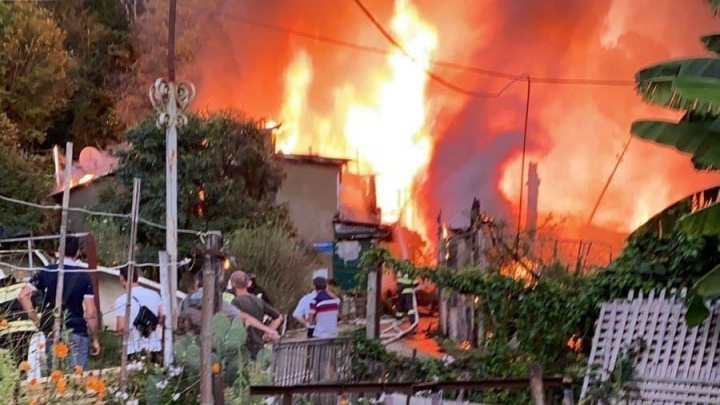 В Сочи сгорел дом площадью 370 квадратных метров, несколько человек эвакуировали