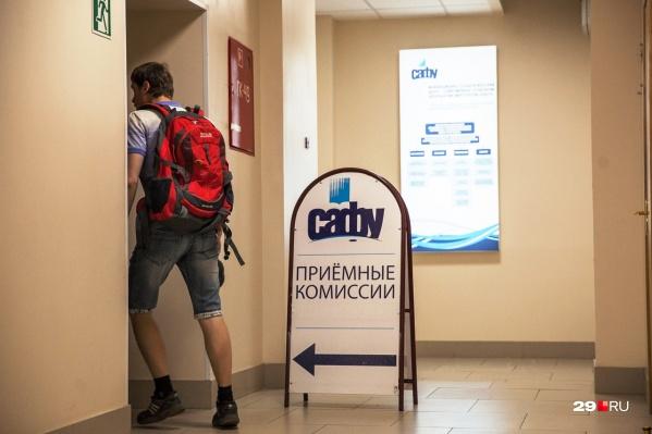 """Мы уже рассказывали детально, <a href=""""https://29.ru/text/education/2021/06/07/69956279/"""" class=""""_"""" target=""""_blank"""">сколько придется выложить за платное обучение в Архангельске</a>"""