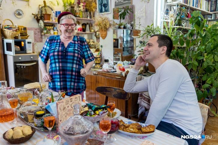 Марина Николаевна устроила у себя дома настоящий филиал норильского ресторана «Таймыр», где отработала всю жизнь. Сам ресторан сейчас уже не работает