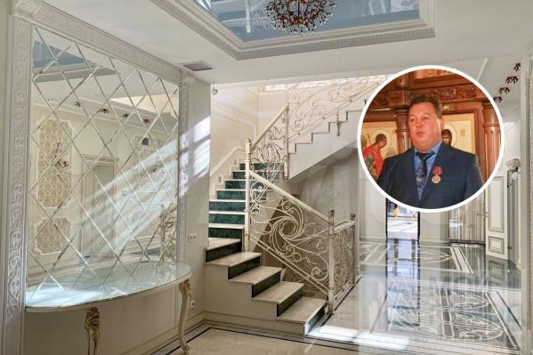 История этого дома связана с некогда успешным и известным бизнесменом Кузбасса Александром Юганом