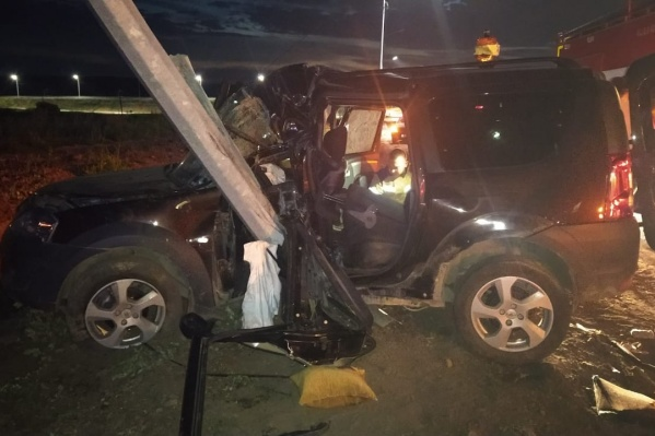 Водитель погиб, а двое его пассажиров попали в больницу с травмами