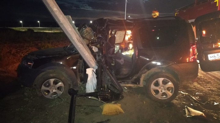 Под Сысертью водитель Lada Largus врезался в столб и погиб