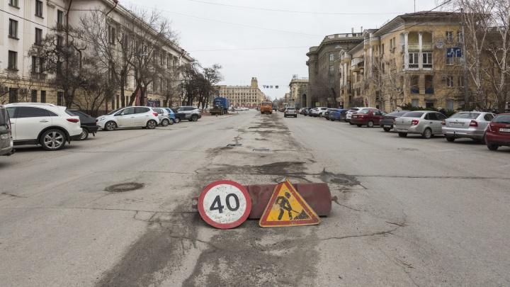 А говорили, танки ни при чем: асфальт на улице Мира в центре Волгограда не пережил гусениц бронетехники и зиму