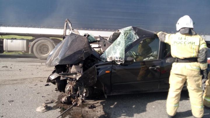 В Зауралье водитель легковушки во время обгона столкнулся с двумя фурами