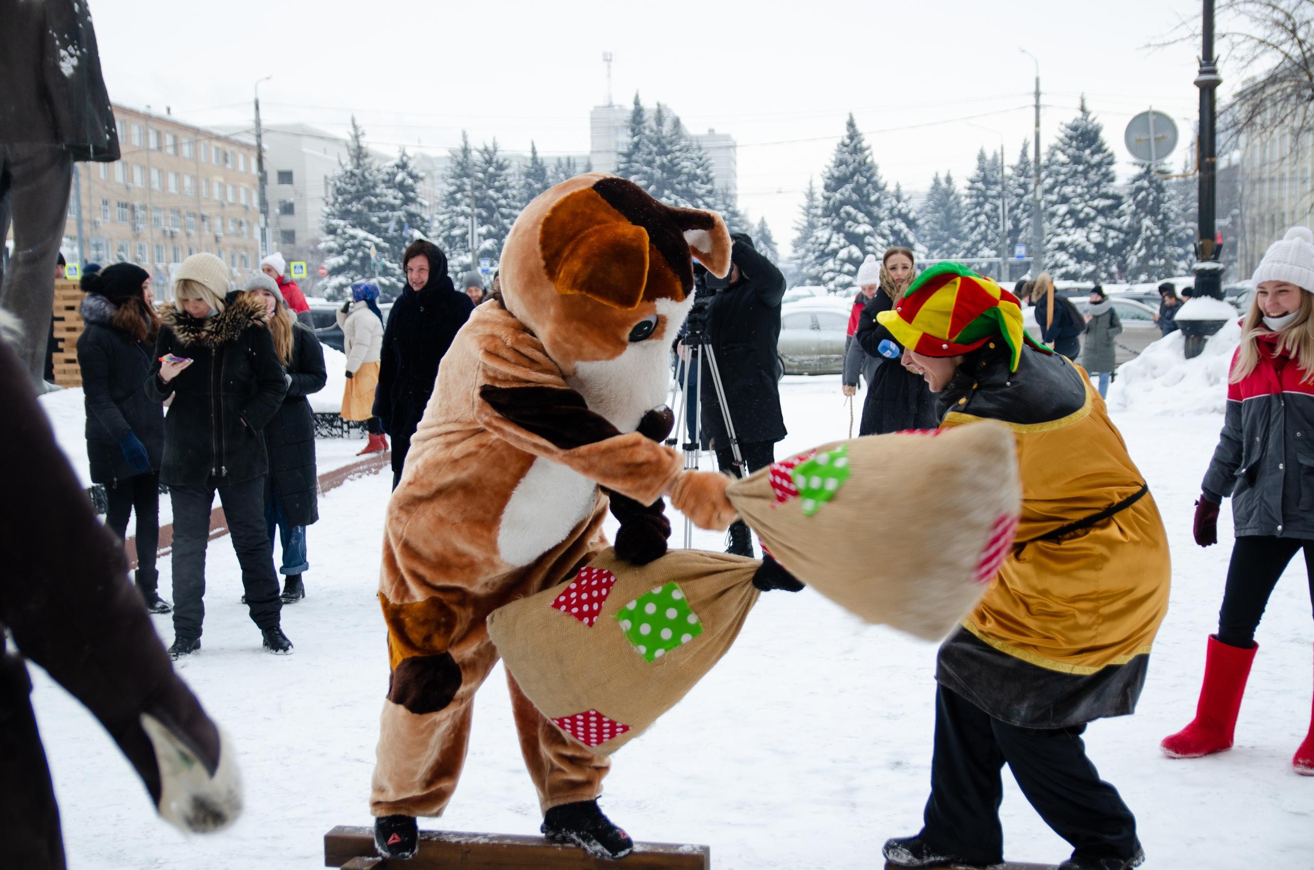 Праздничные гулянья прошли на площади перед главным корпусом университета