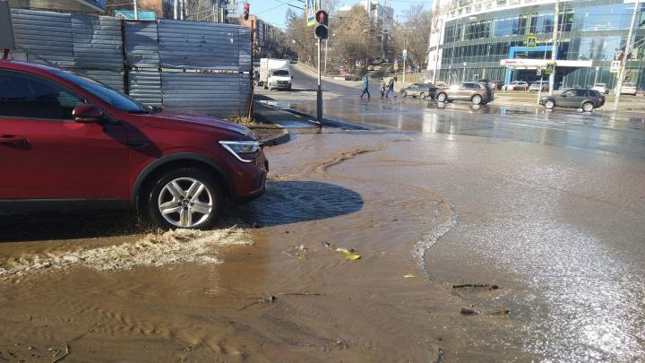 Обойти невозможно: поток талой воды перекрыл нижегородцам проход по улице Белинского