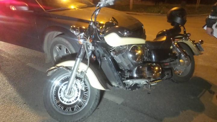На Куйбышева иномарка не пропустила мотоцикл: байкер вылетел на встречку и врезался в авто