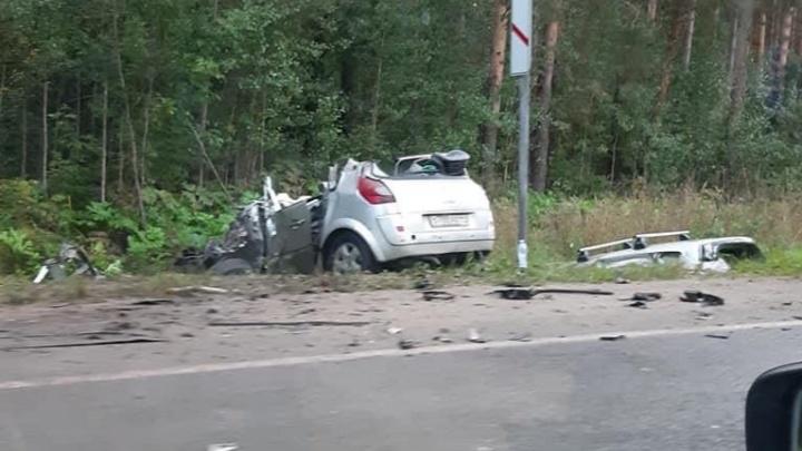 Срезали крышу, чтобы достать людей: в Ярославле легковушка столкнулась с грузовиком