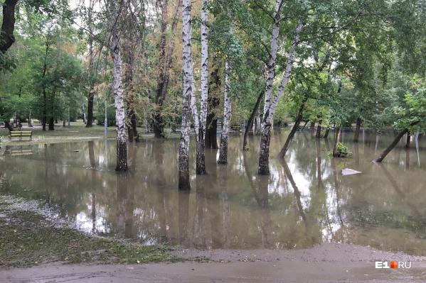 В Екатеринбурге затопило дороги, дворы и парки