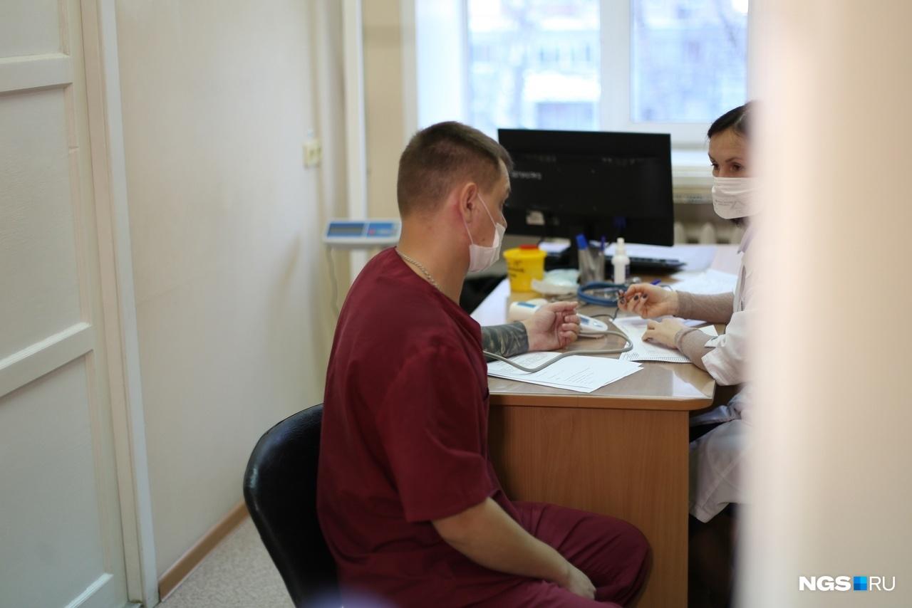 Перед вакцинацией пациентов осматривает терапевт: он может недопустить человека до процедуры