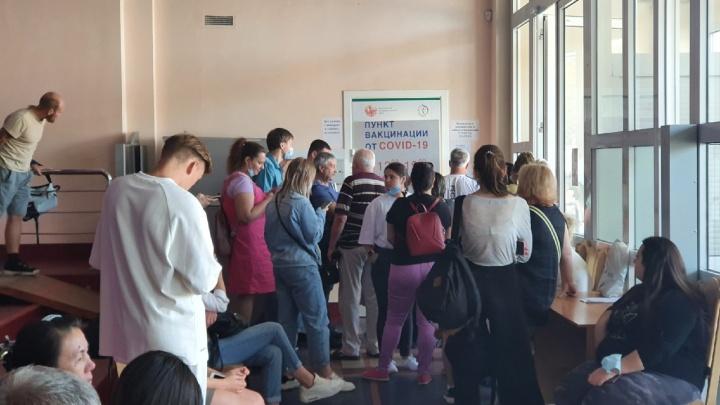 Ярославцы выстроились в огромную очередь, чтобы сделать прививку: хватит ли ее на всех