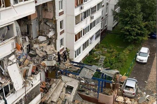 Спасатели разгребают завалы после взрыва в доме