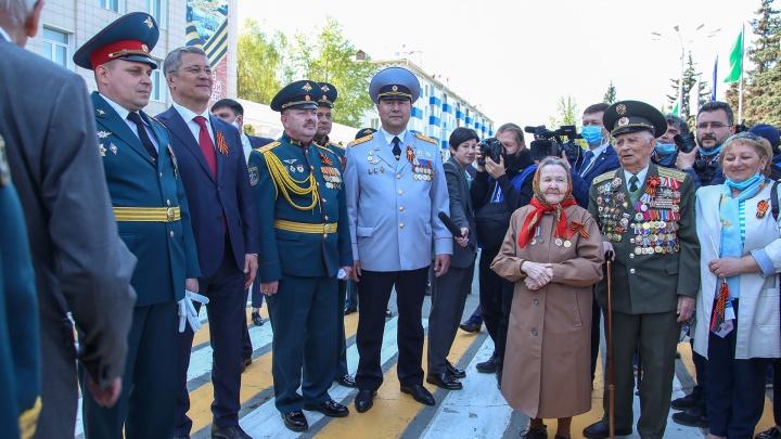 Безмасочный режим: как «сливки» башкирской политики встретили парад Победы