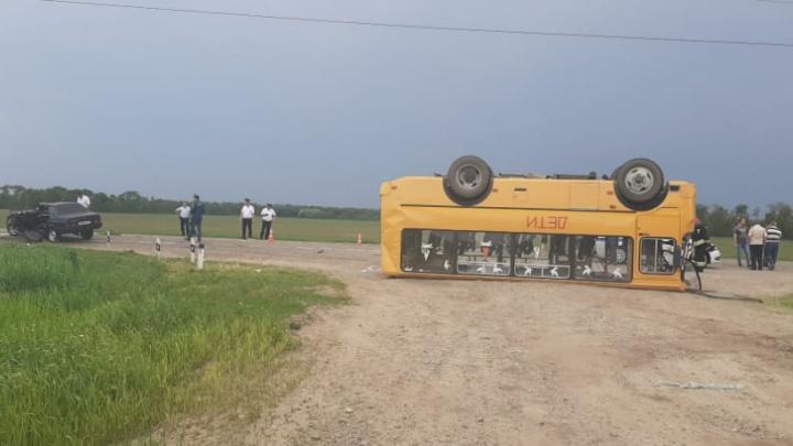 На Кубани перевернулся школьный автобус
