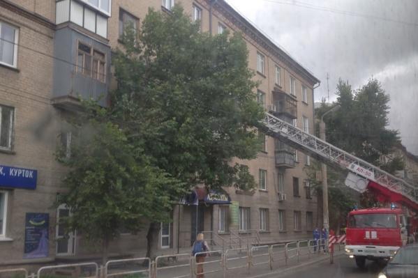 Девочку, которая стояла на подоконнике открытого окна на четвертом этаже, заметили прохожие и вызвали МЧС