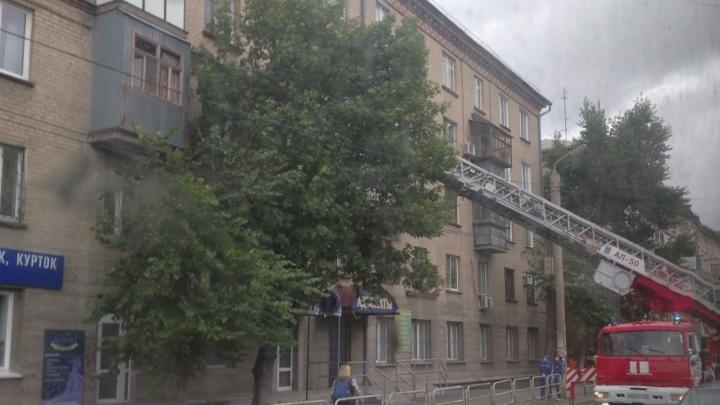 Детей челябинки, в квартиру которой вызвали экстренные службы, забрали из дома. Женщину разыскивают