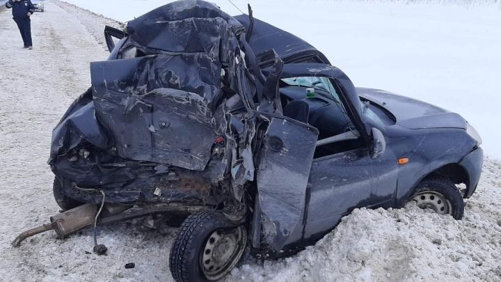 Водитель легковушки погиб на месте: на трассе в Самарской области столкнулись «Гранта» и фура