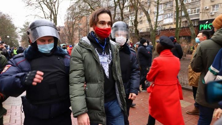 Полиция задержала двух журналистов на акции протеста в Ростове