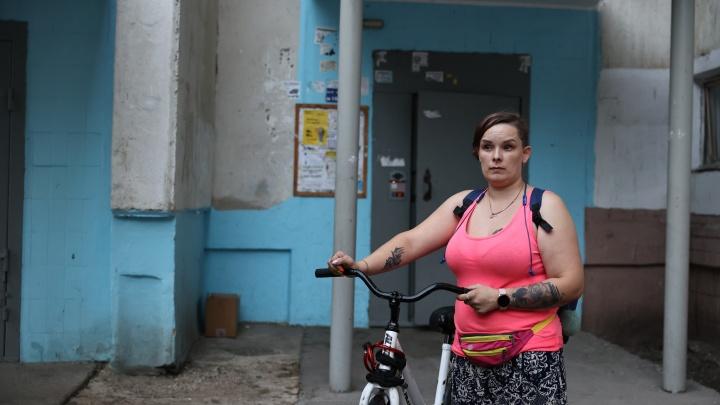 Велосипедистка рассказала, почему хозяин двух стаффов брызнул ей в глаза из баллончика у подъезда в Челябинске
