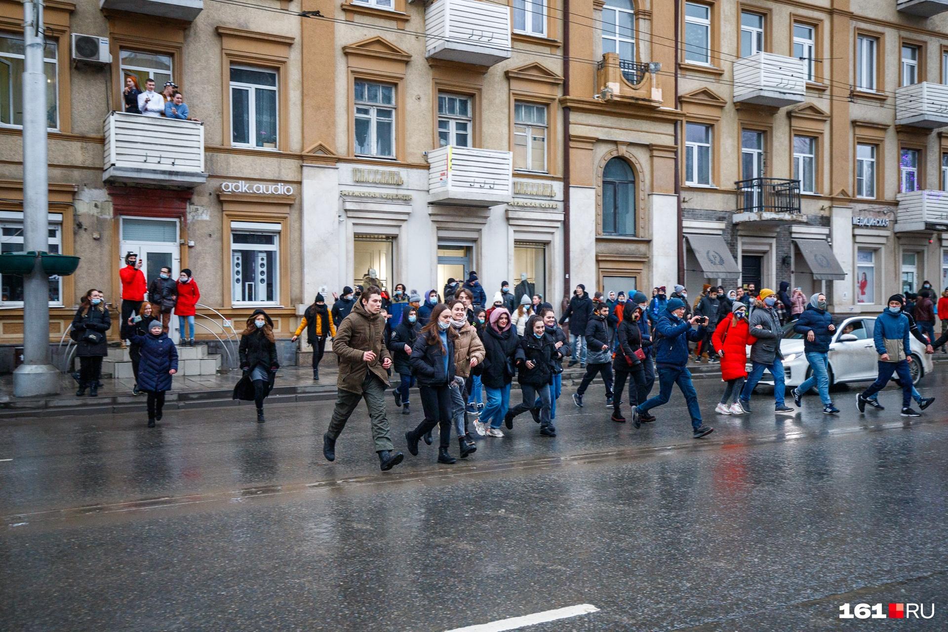 Автомобилисты притормаживали, позволяя толпе перебежать дорогу