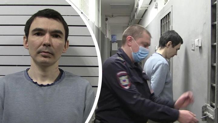 Угрожал кассиру ножом: в Екатеринбурге суд вынес приговор грабителю офиса микрозаймов