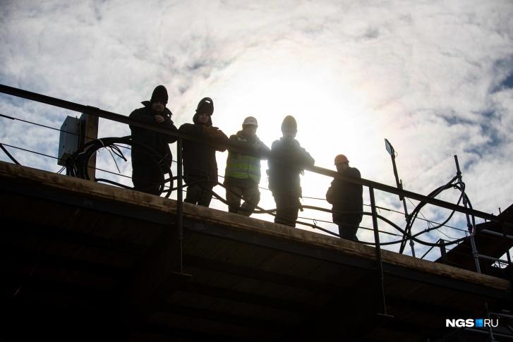 """Завершить надвижку конструкций пролетных строений русловой части моста строители планируют в июле <nobr class=""""_"""">2022 года</nobr>"""