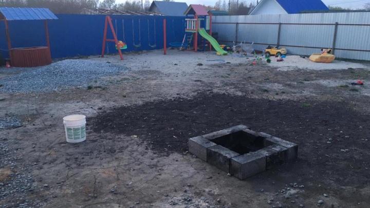 В тюменской деревне двухлетняя девочка упала в горящую яму