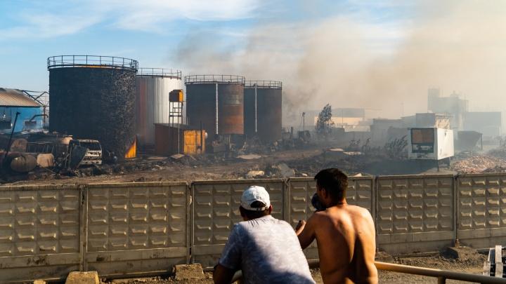 По 50 квадратов на каждого пожарного: фоторепортаж о горящих складах на Солнечных