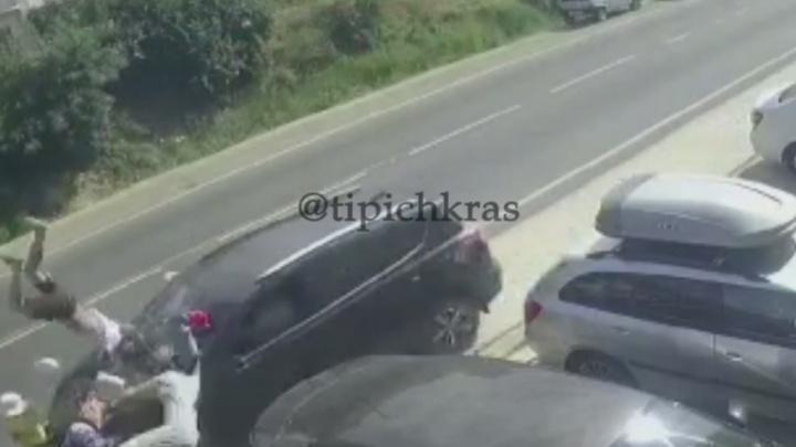 Разлетевшиеся тапки и панамки: в Анапе внедорожник сбил 6 человек на тротуаре, среди них 3 ребенка