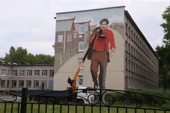 """Абрамов бодро шагает по стене <nobr class=""""_"""">51-й</nobr> школы на Сульфате"""
