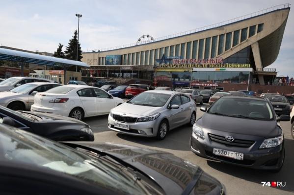 "После закрытия автовокзала <a href=""https://74.ru/text/gorod/2021/05/24/69930818/"" class=""_ io-leave-page"" target=""_blank"">площадку превратили в парковку</a>"