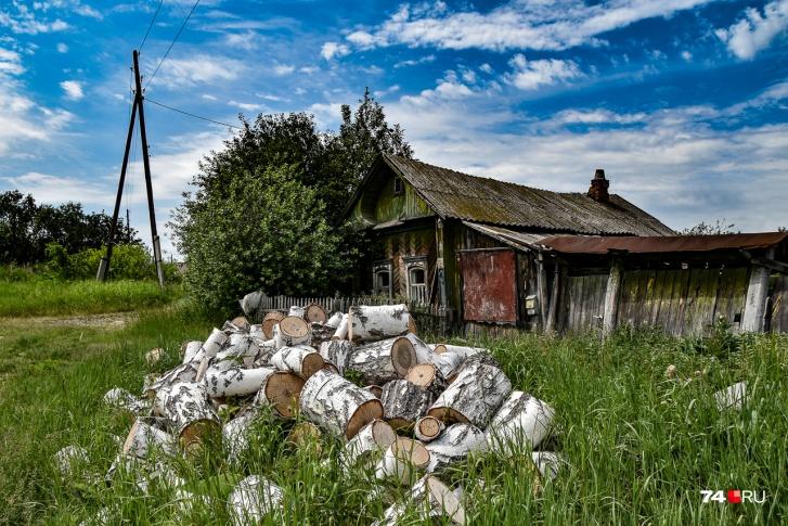 Один из домов, находящихся позади знака радиационной опасности