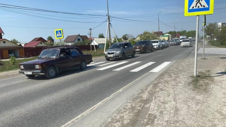 Жители Воронинских горок каждый день встают в огромную пробку по пути в город. В чём причина?